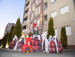 Deda Mraz i firma Gramax u poseti novim stanarima na Čukarici