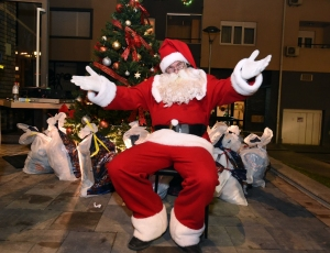 Deda Mraz posetio nove stanare u Žarkovu
